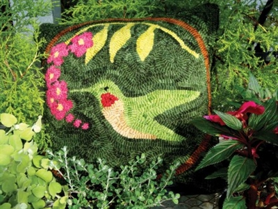 Revive the lost art of rug hooking with this hummingbirds pillow pattern, and enjoy a stunning seasonal home accent.